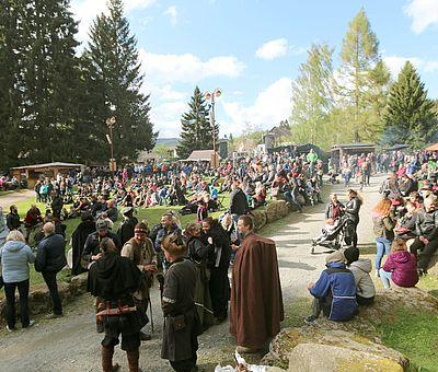 Menschen stehen vor einer Bühne zur Walpurgis in Schierke