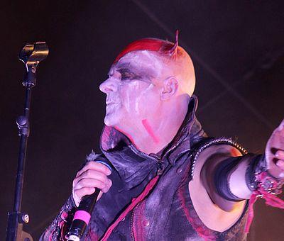 Sänger auf einer Bühne zur Walpurgis in Schierke